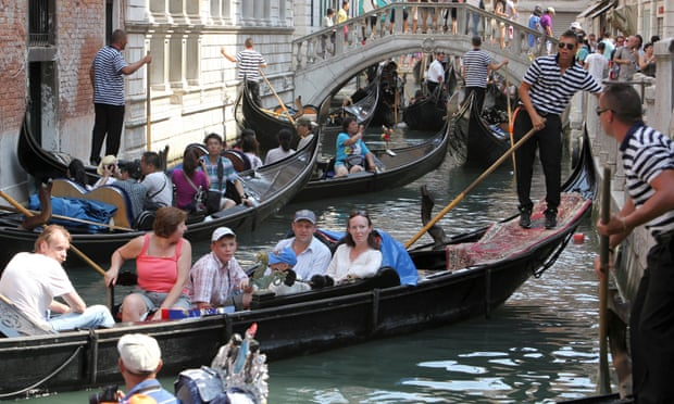 'Boorish' tourists in Venice targeted in mooted 'no sit' rule
