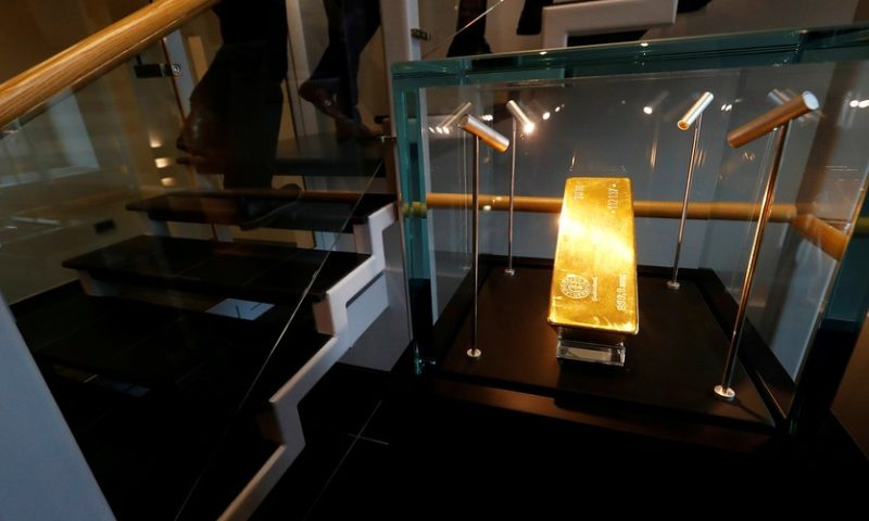 Gold finishes lower to log first weekly loss since mid-December