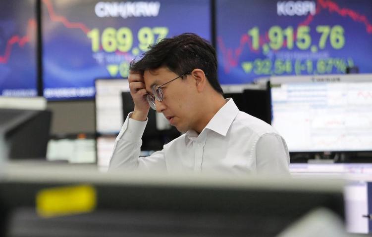 Asian Shares Tumble as US-China Trade War Renews Uncertainty