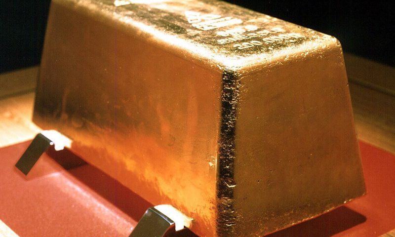 Gold prices end at 3-week high as investors weigh the outlook for the economy and interest rates